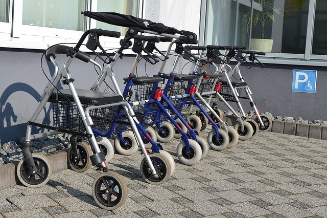 Quand les personnes âgées ont-elles besoin de se déplacer en déambulateur ?